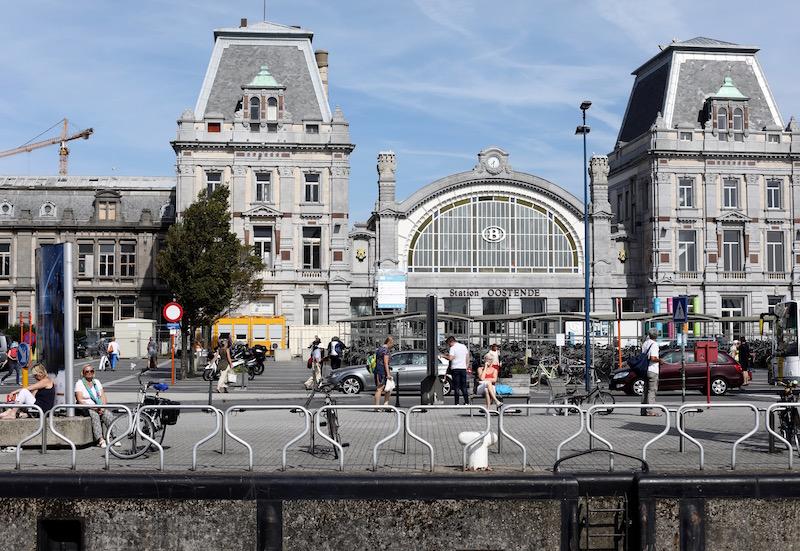 Oostende treinstation station puuruiteten trein